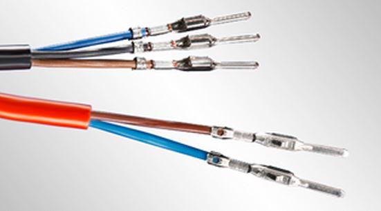 Câble avec sertissages multiples